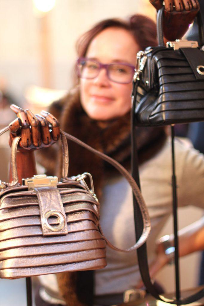 Mrs. Rosehip met een van haar karakteristieke tassen
