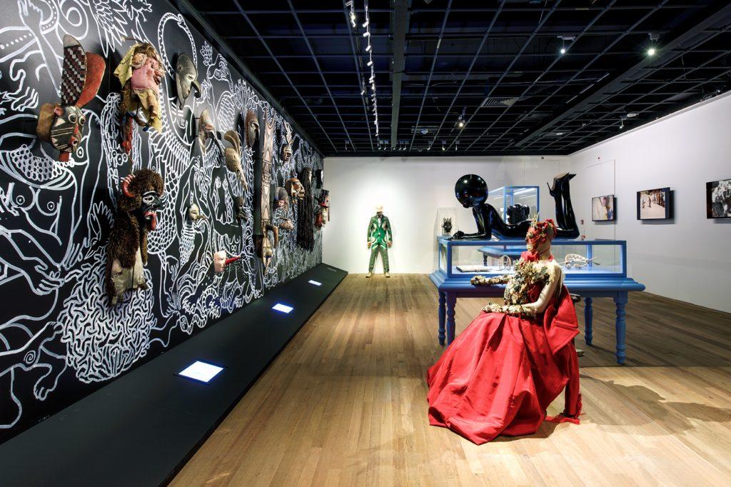 Powermask in het Wereldmuseum, door Walter van Beirendonck