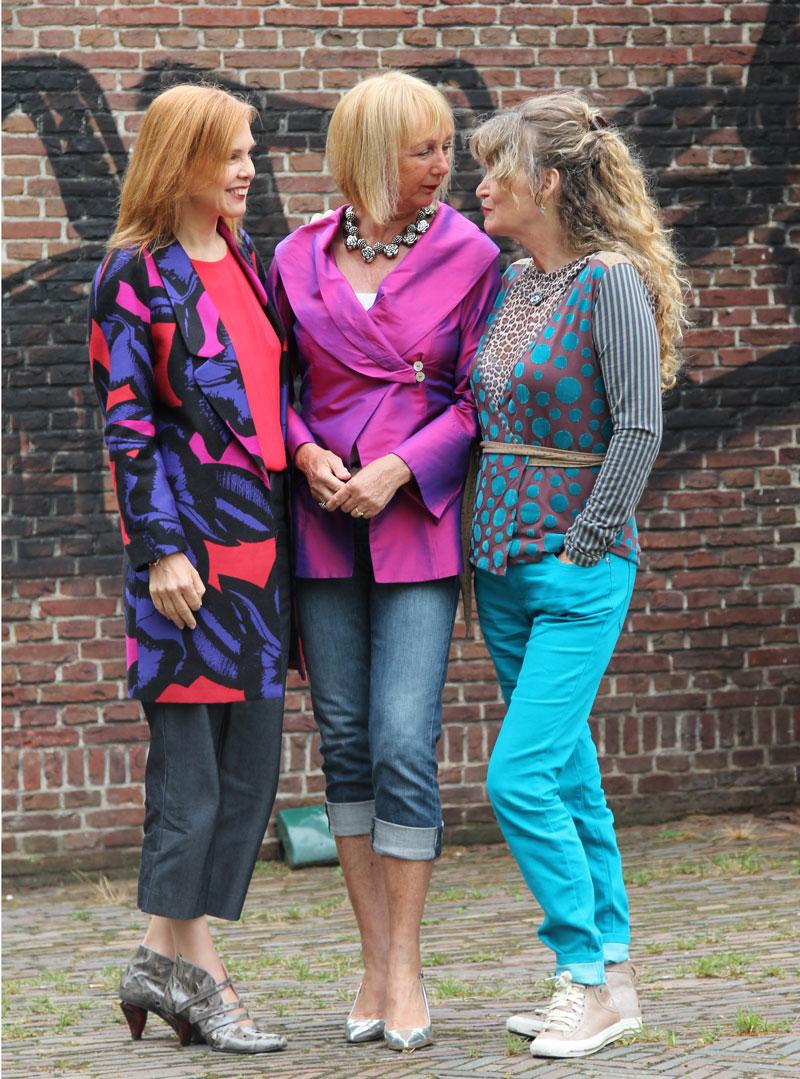 straatfotografie van drie vriendinnen
