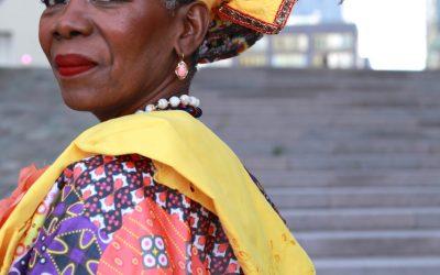 Liesbeth Accord in Surinaamse kledij