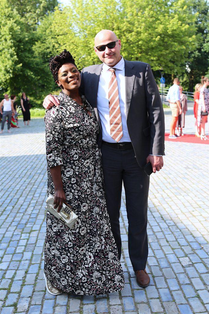 Janice Deul, freelance lifestyle journalist, fashion activist en co-writer Little Black Hair Book, samen met haar partner.