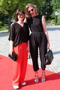 Mode ontwerpster Joline Jolink (in rode broek) samen met een vriendin