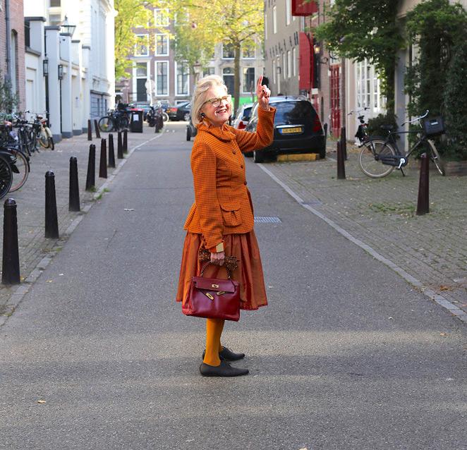 kleurrijk op straat, dit is street style Amsterdam